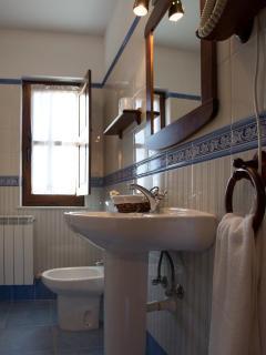 Baño completo con bañera y bidet, todos los bañosson exteriores