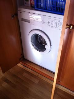 Trastero. La lavadora está en el armario-trastero del pasillo. Hay detergente y suavizante.