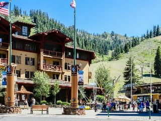 Ski-in/out condo w/ great amenities including year-round outdoor pool & hot tub, Olympic Valley