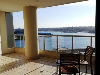 Stylish 1 Bedroom - balcony harbour glimpse CBD, Sídney