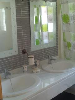 2 baños completos , uno en cada planta.