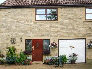 TICK TOCK COTTAGE, en-suite bathroom, pet-friendly, lawned garden, Ref 906673, Fir Tree