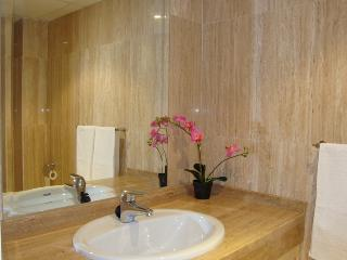 The en suite bathroom with his and hers sink