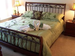 Master bedroom with sumptuous king size bed perfect to recoup your energy fop the next Disney day