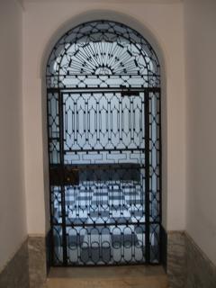Puerta de forja de acceso al patio del portal