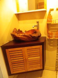 La salle de bain avec sa vasque de Bali ...