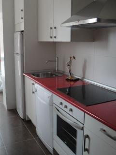 Cocina con horno, lavadora y lavavajillas