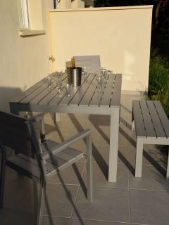 Terrasse  plein sud, accueille aussi des chaises longues, coffre de rangement, barbecue,..