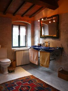 Apartment: en-suite bathroom