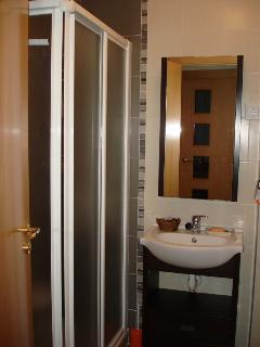 Aseo completo con ducha de cabina, toallas de baño y lavabo secador  de peloetc