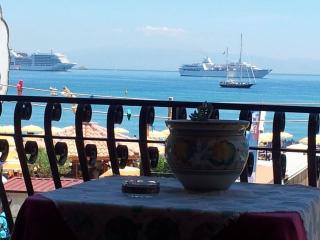 'MEGAS'En primera línea de playa, en Giardini-naxo, Giardini Naxos