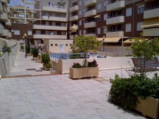 Apartamento de dos dormitorios con piscina junto a la playa