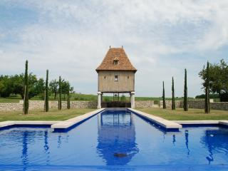 Pretty cottage with 29m long pool