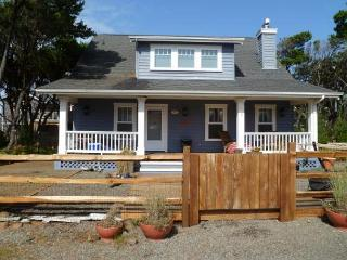 Treasure Cove~Large nautical themed home just a block to the beach., Manzanita