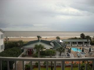 Incredible Pool & Ocean Views!!! Gourmet kitchen. Balcony. Beachside #131