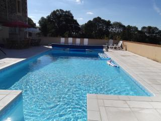 Fabulous 5 bed/3 Bath Farmhouse + private pool