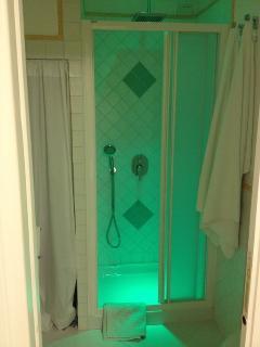 doccia con cromoterapia