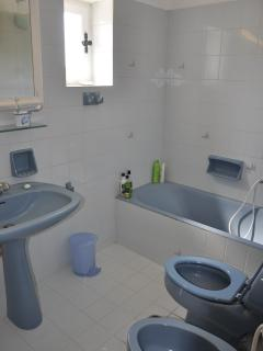 The upperfloor bathroom