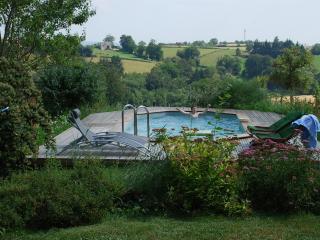 Vue sur la piscine et la campagne environnante