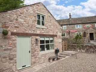 PINFOLD, woodburning stove, WiFi, feature stone floors, patio with furniture, Ref 906076, Tosside