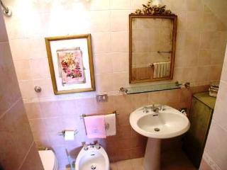 Il bagno con doccia è annesso alla camera da letto ; le mattonelle hanno un delicato colore rosa.