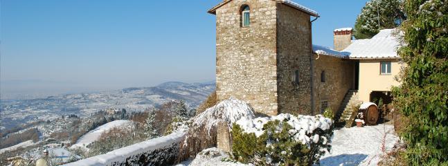 La torre d'avvistamento svetta severa a guardia della vallata.