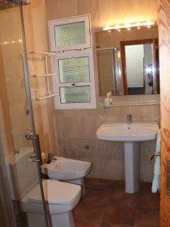 2 baños con ducha + 2 duchas con agua fría y caliente en el jardín.