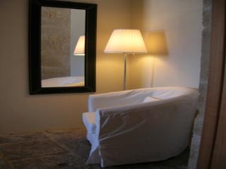 un particolare della camera da letto matrimoniale