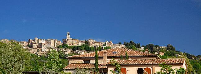 Die ROWAN gekennzeichnet mit Montepulciano im Hintergrund