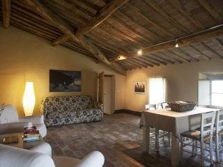 Attic apartment in Tuscan villa with pool near San Galgano Abbey, Siena.