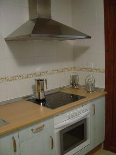 Cocina - tiene de todo: utensilios de adultos, niños (IKEA), 2 vajillas, lavavajillas, microondas,..