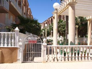 2Bed, Pool, WIFI, 2 bathrms, Sat. TV. Sea and Beach/resteraunts close by