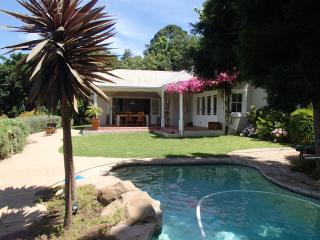 CAPE TOWN CONSTANTIA HOLIDAY VILLA HOUSE WITH POOL, Constantia
