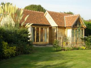 Contemporary & spacious property in countryside nr Goodwood hotel. Dog friendly