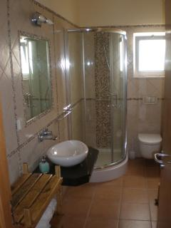 Main bathroom (with shower)