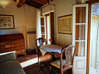Dine al fresco with the balcony windows overlooking Corte del Gallo