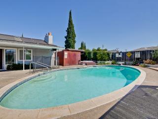Studio w/ swimming pool Near Apple