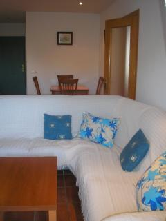 Lounge/dining area - comfortable L-shape sofa seats six