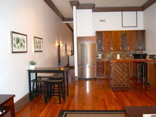 Telfair Loft 214: Steps from City Market + River!, Savannah