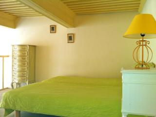 Comfy studio in historical heart of Aix en Provence with wi-fi and international satellite TV