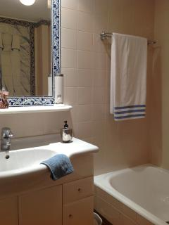 The en-suite bathroom with typical Portuguese hand painted tiles