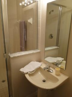 Walk in shower with toilet and wash basin between King and twin 2 bedrooms