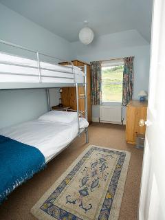 Bunkbed bedroom + cot