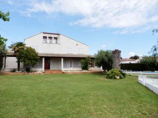Villa para 11 personas, piscina y pista deportiva