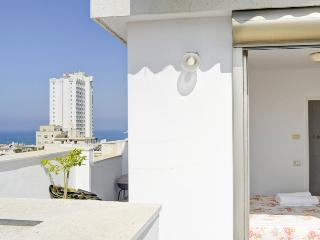 GORDON BEACH 3BR PENTHOUSE/DUPLEX WITH PARKING, Tel Aviv