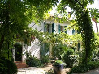 JdV Holidays Old Savonnerie 3, spacious 1 bedroom apartment walking to town