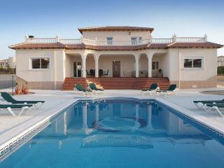 Villa Cassablanca Luxury Villa sleeps 9 + 2 cots, Campos del Rio