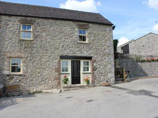 PICKLE COTTAGE, en-suite facilities, patio with furniture, great base for walking, Ref 12183, Middleton