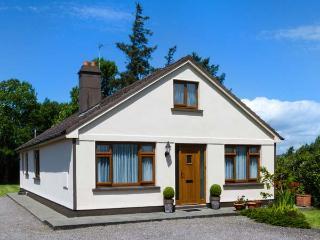 KILNANARE HOUSE, traditional, single-storey detached cottage, open fire, woodburner, lawned gardens, near Killarney, Ref 915137, County Kerry
