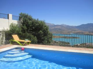 Casa 23, Detached Villa with private pool, terraces overlooking Lake Viñuela